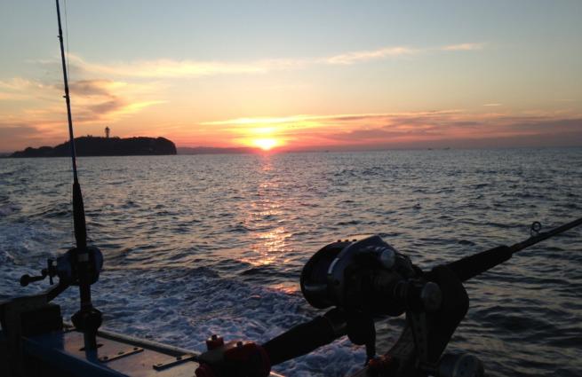 江ノ島と朝日と釣り